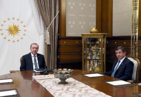 Turkish President Tayyip Erdogan (L) meets with Prime Minister Ahmet Davutoglu at the Presidential Palace in Ankara, Turkey May 4, 2016. Murat Cetinmuhurdar/Presidential Palace/Handout via REUTERS